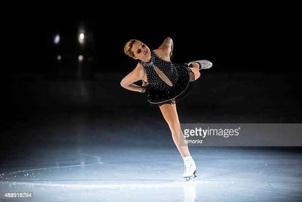 Junge weibliche Eiskunstläuferin performing