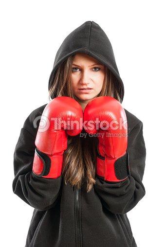 518b71516ad3 Jeune femme modèle portant des gants de boxe rouges et noirs sweat à  capuche   Photo