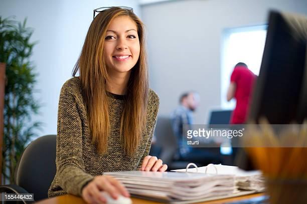 Junge weibliche Büroangestellter