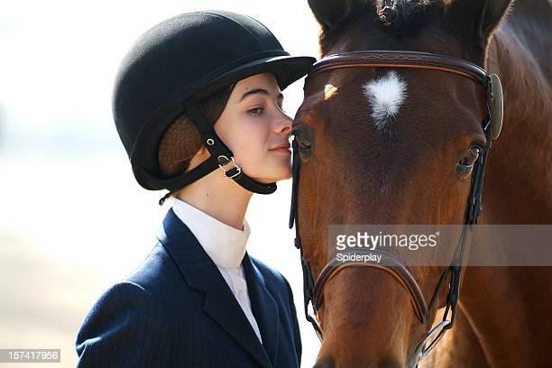 Jovem piloto do sexo feminino e Cavalo