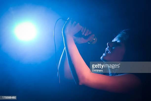 Junge Frau Sänger mit Mikrofon