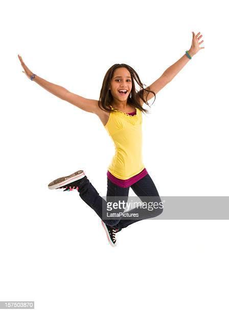 Jeune femme adolescente sauter l'air gestes avec vos bras écartés