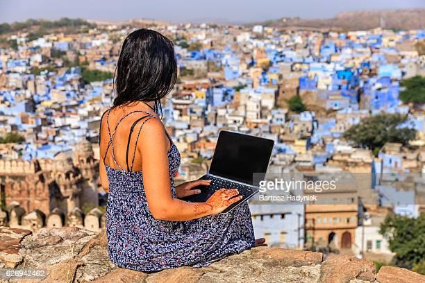 Junge weibliche Touristen benutzt laptop, Reithosen, Indien