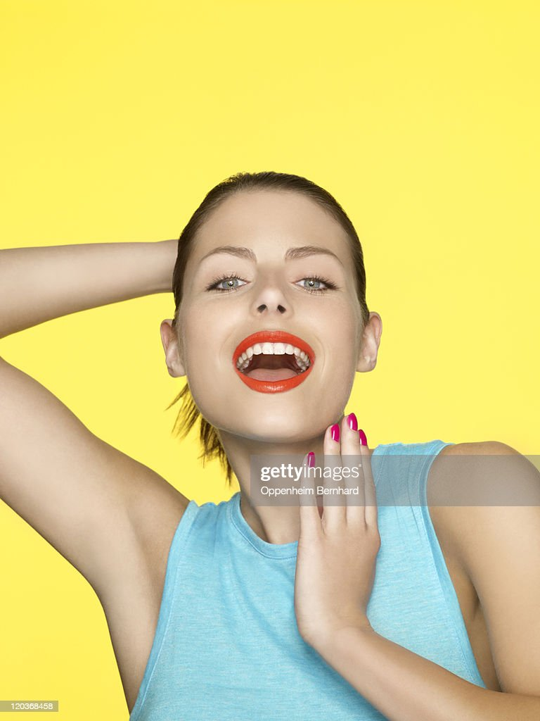 young female with arm behind head smiling : Stock-Foto
