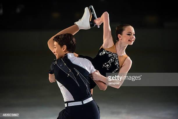Junge Eiskunstlauf paar ausführen
