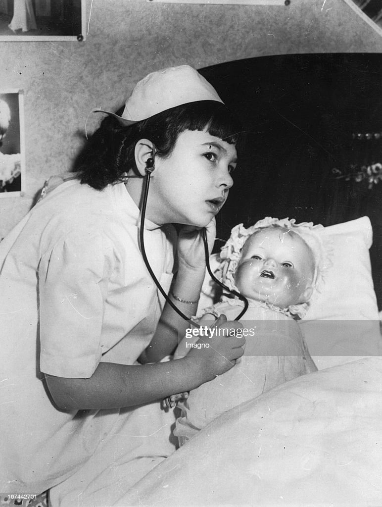 Young film star Jane Withers as doll physician. About 1935. Photograph. (Photo by Imagno/Getty Images) Der junge Filmstar Jane Withers als Puppendoktorin. Um 1935. Photographie.