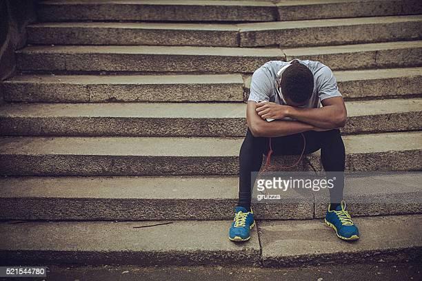 Jungen passen Mann Entspannen auf der Treppe, sind nach anstrengenden Training