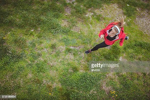 Junge passen Frau Joggen auf der grünen Wiese