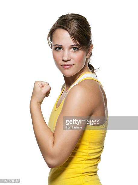 Coupe jeune femme montrant ses muscles