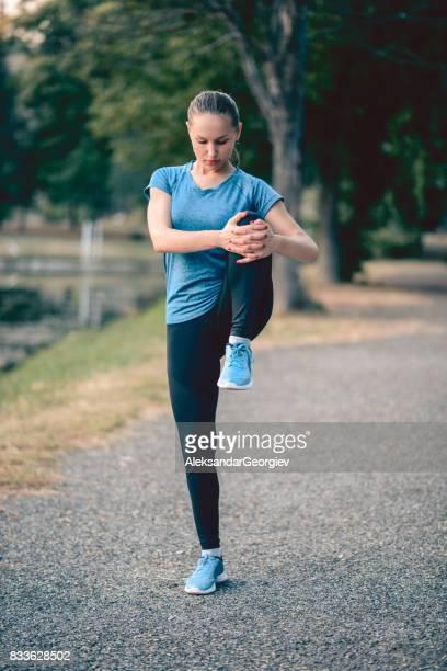 Jonge Fitness vrouw Runner benen rekken voordat joggen
