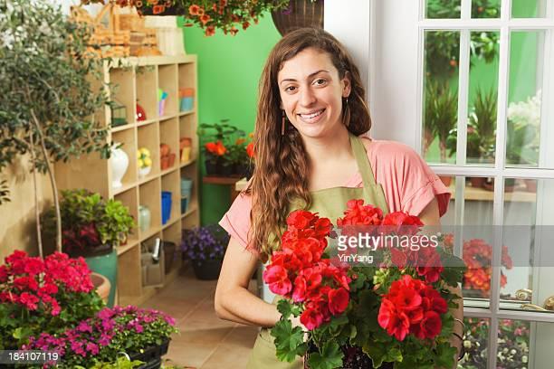 Junge Blume Garten-Center Verkäufer im vorderen Storebereich
