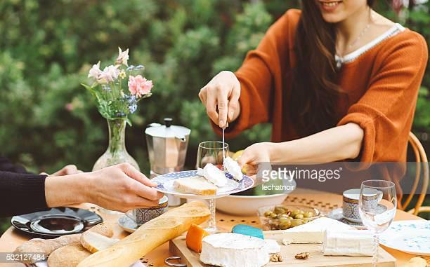 Française jeune couple de manger dans le jardin de la maison