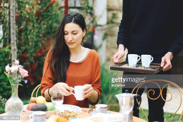 Young-Mädchen Essen im Garten zu Hause