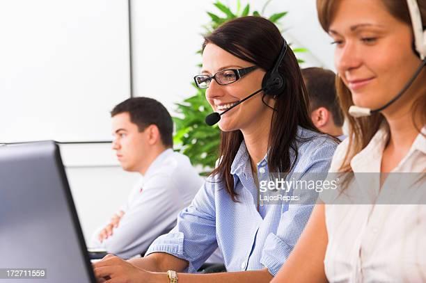 Junge freundliche weibliche helpdesk operator