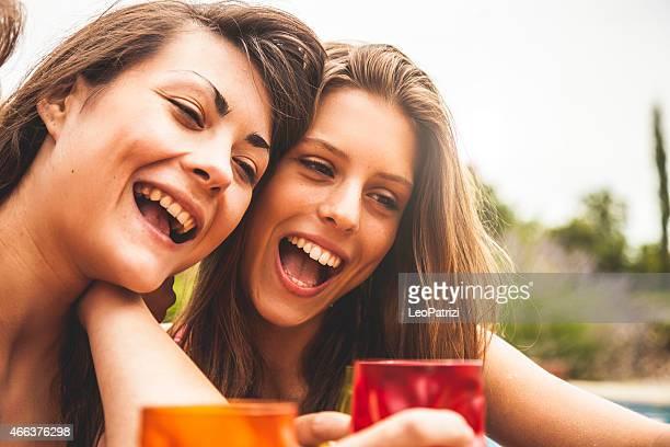 Jeunes amis boire ensemble