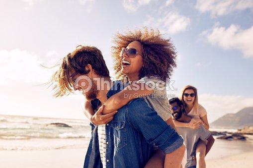 Jovens amigos desfrutar de um dia na praia. : Foto de stock