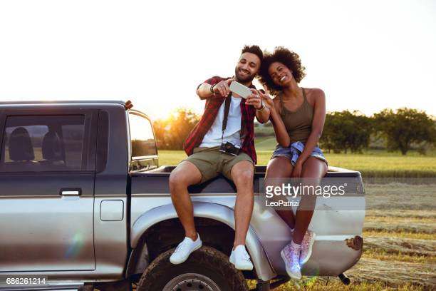Jonge vrienden genieten van de vrijheid op een autorit over een offroad land