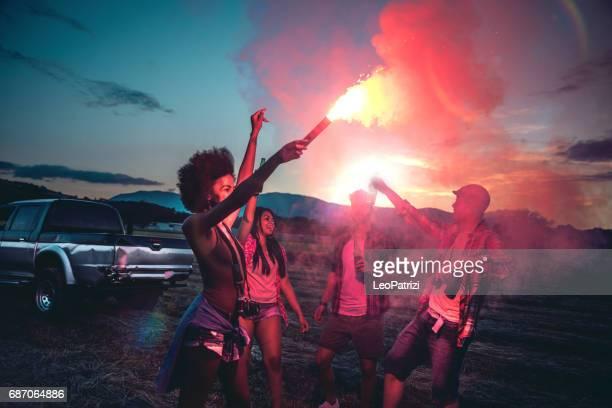 Junge Freunde genießen die Freiheit auf einer Autofahrt über ein Land offroad
