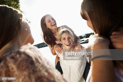 Young friends hanging out : Stockfoto