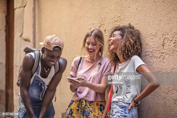 Junge Freunde, die Spaß in der Stadt