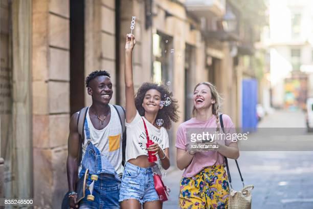 Jeunes amis s'amuser dans la ville