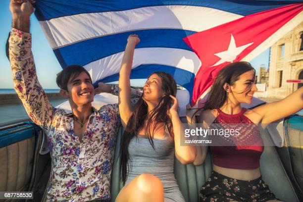 Junge Freunde hält kubanische Fahne im Auto
