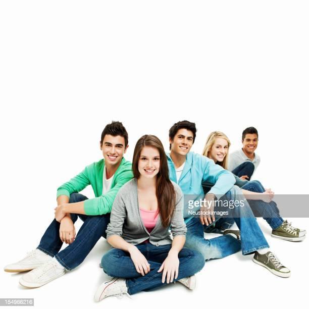 Junge Freunde sitzen zusammen-isoliert
