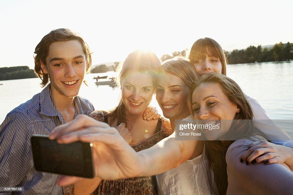 Young friends taking a picture : Foto de stock