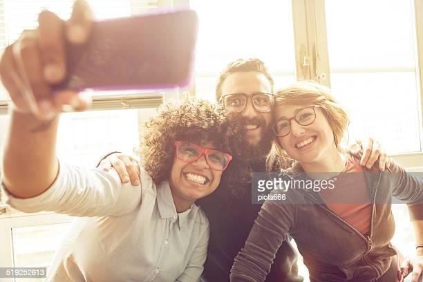 Jeunes Amis prenant un selfie