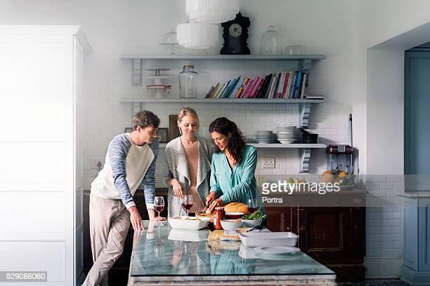 Junge Freunde Reden und beim Speisen wie zu Hause fühlen.