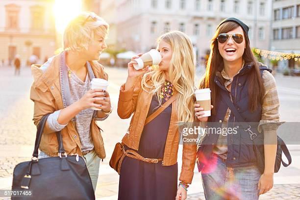 Junger Freunde trinken Kaffee in der Stadt