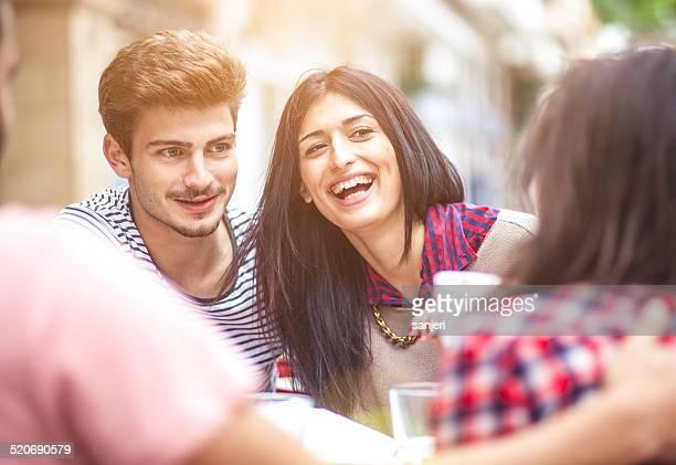 Jeunes amis ensemble boire du café dans la ville
