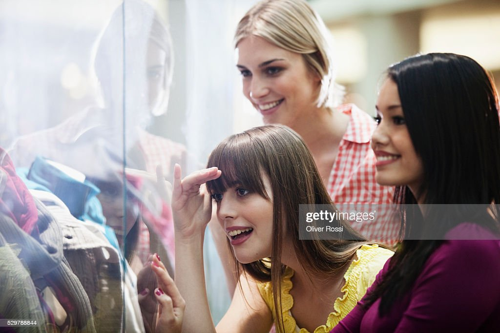Young friends window shopping : Foto de stock