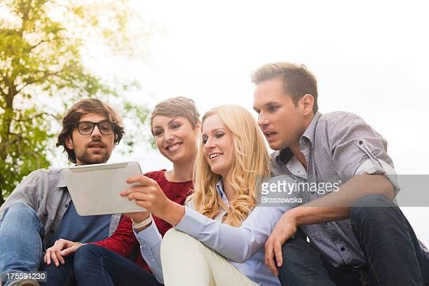Jeunes amis avec tablette