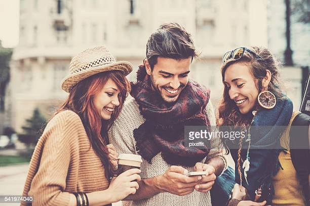Junge Freunde mit Smartphone im Freien