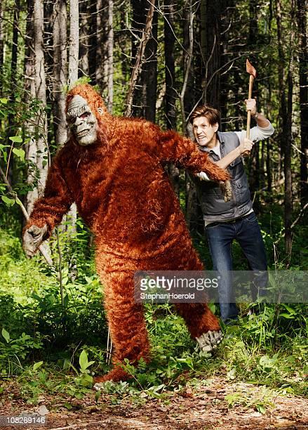 Jeune homme hurlant de poursuivre le sasquatch (bigfoot) avec une Hache
