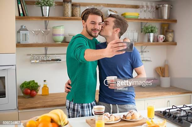 Junge lesbische Paar in der Küche.