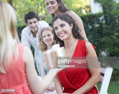 若い女の子は屋外パーティへの贈り物をする女性 : ストックフォト