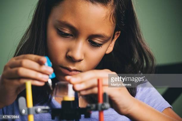 Junges Mädchen Gebäude ein Roboter
