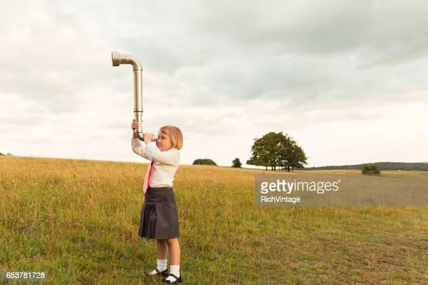 Jeune femme d'affaires cherche des affaires avec le périscope