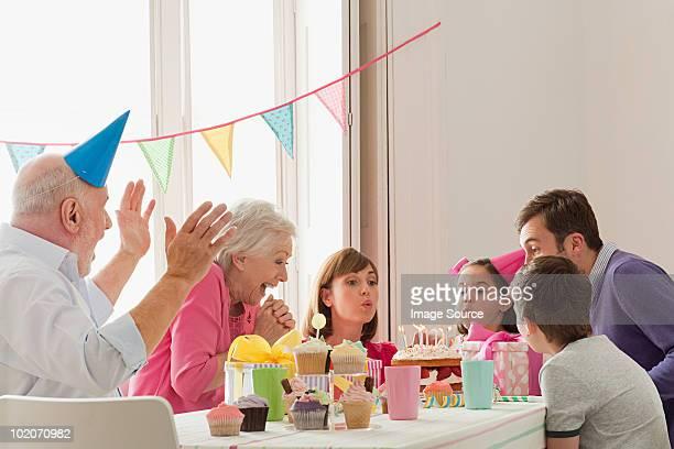 Junges Mädchen feiert Geburtstag mit Ihrer Familie