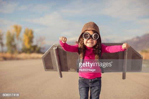 Jeune fille habillée comme pilote avec Jet Pack