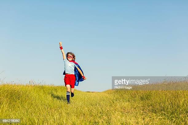 Jovens raparigas vestidas como super-herói execução em relva