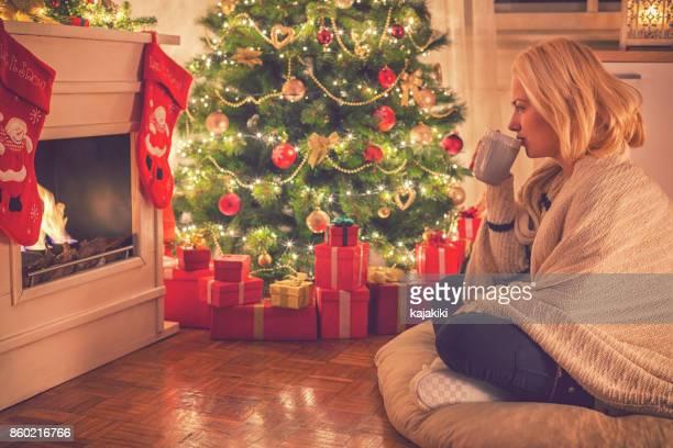 Junges Mädchen trinken Tee am Heiligabend