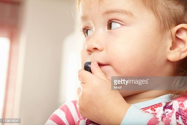 Junges Mädchen Essen eine Heidelbeere