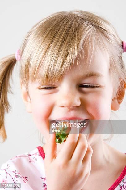 Jeune fille mangeant des fraises
