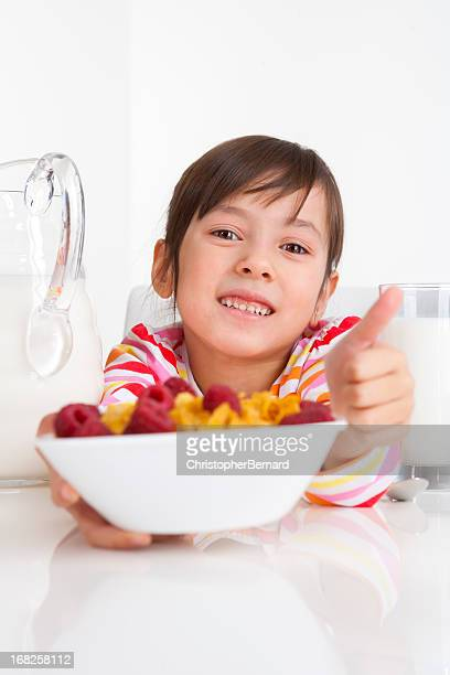 Jeune fille manger le petit déjeuner