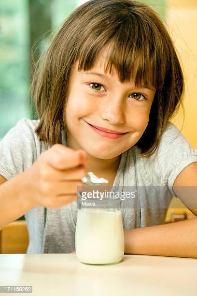 Junges Mädchen Essen yougourth