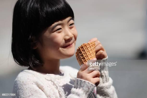 アイスクリームを楽しむ少女