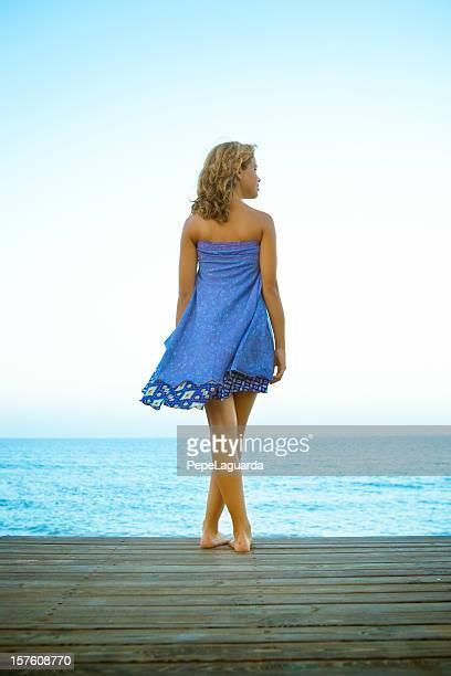 Jeune femme appréciant la mer Méditerranée